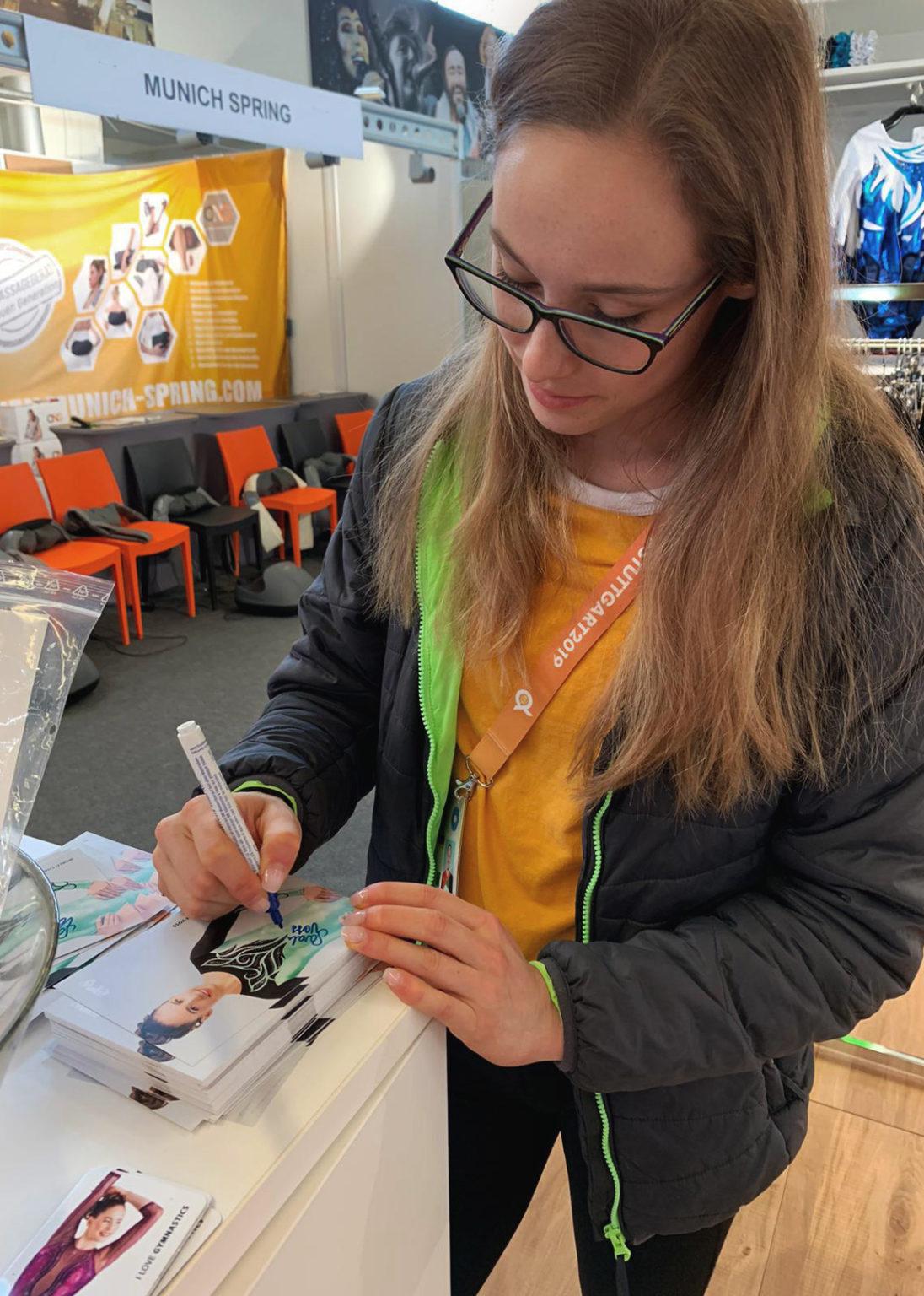 Turn Weltmeisterschaft 2019 in Stuttgart in Deutschland Verkaufstand von ERVY mit Sarah Voss