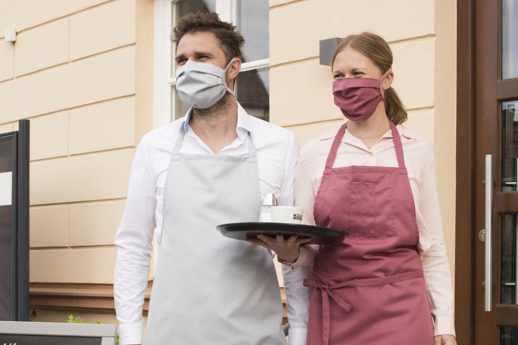nachhaltige waschbare Arbeitskleidung und Mund-Nasen-Masken in verschiedenen bunten Farben vom deutschen Hersteller ERVY